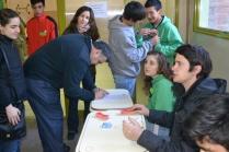 Leonardo Tapia de la Dirección de la Producción de Gaiman registrando su firma en la planilla de asistentes.