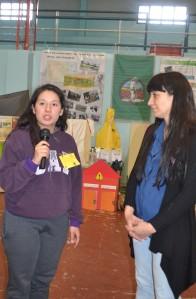 La Ing. Gabriela Romano del INTA cuando era entrevistada por Rocío Díaz de 6° año.
