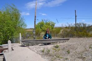 Bethy posando junto al antiguo bote que usaban los pobladores para cruzar el río.